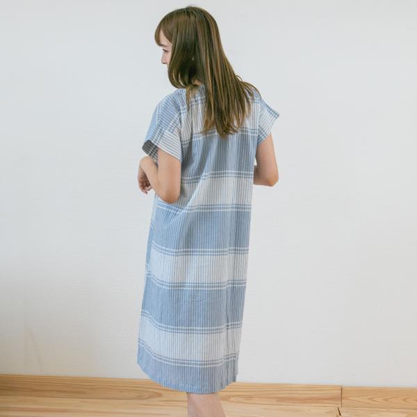 パジャマを着ている女性立ち姿後ろ