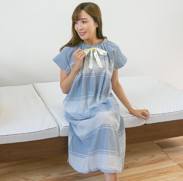 ベッドパジャマを着ている女性全身