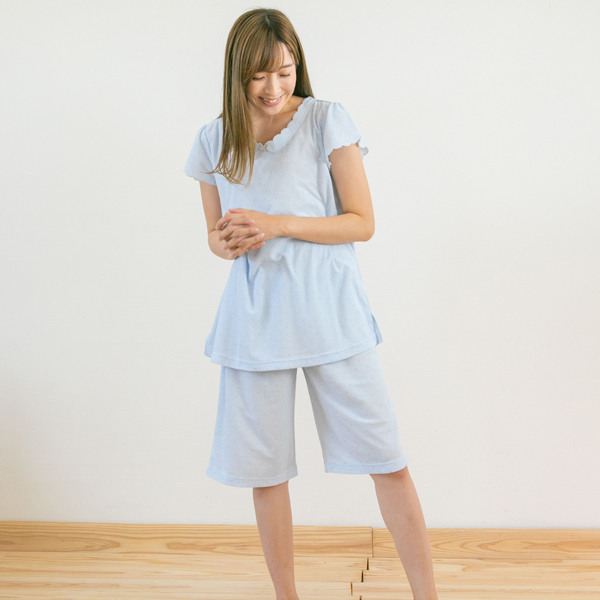 パジャマ着ている女性立ち姿