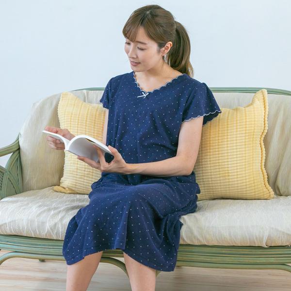 ソファパジャマを着ている女性