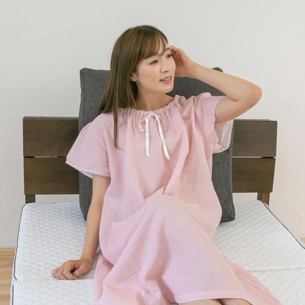ベッドパジャマを着ている女性寄り