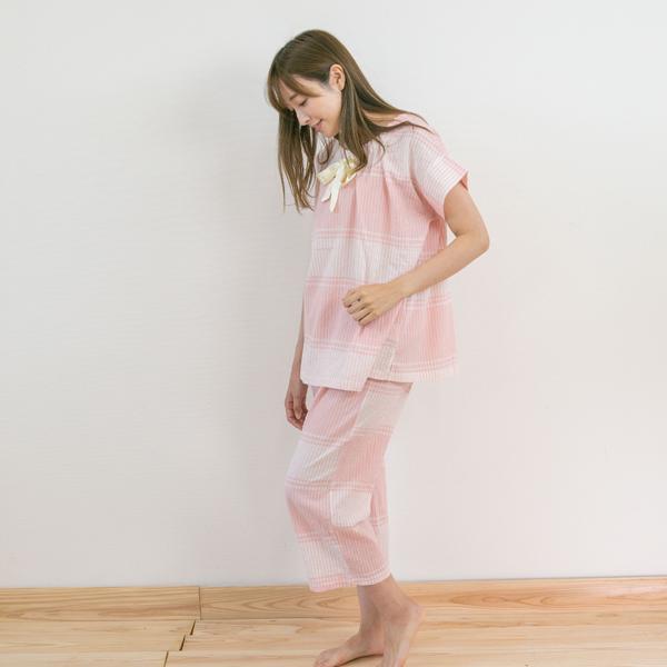 パジャマを着ている女性立ち姿横
