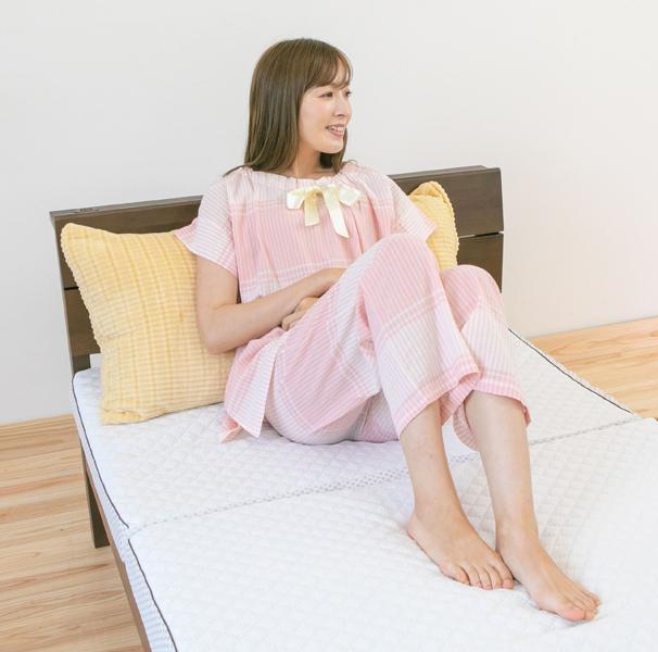 ベッドパジャマを着ている女性