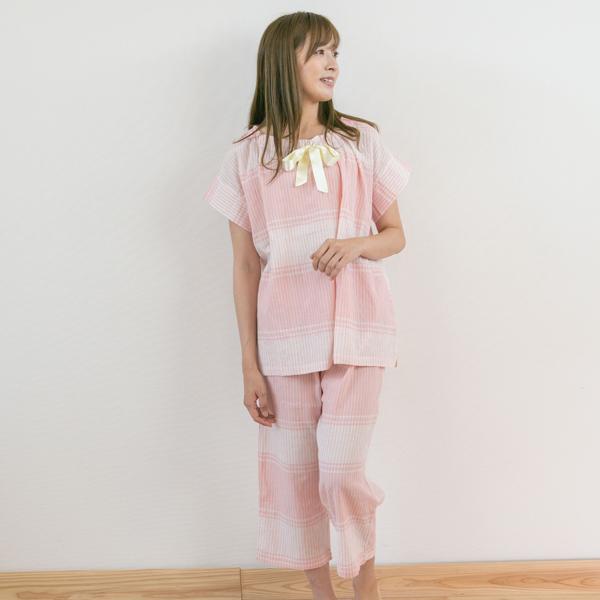 パジャマを着ている女性立ち姿