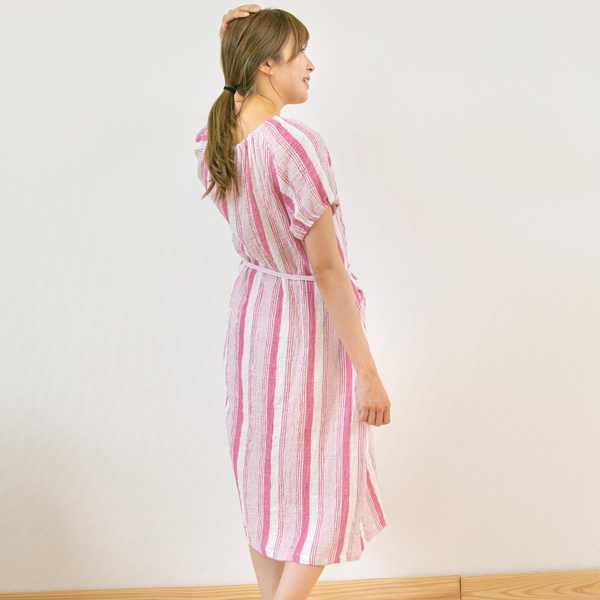 パジャマを着ている女性